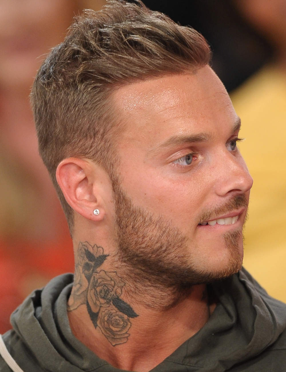 m pokora se fait enlever son tatouage dans le cou la box m dias. Black Bedroom Furniture Sets. Home Design Ideas